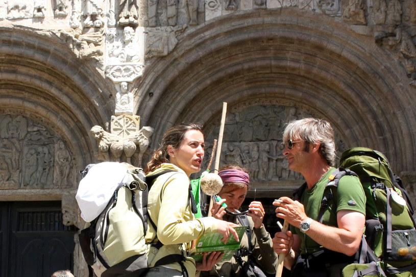 Po długiej wędrówce pielgrzymi docierają do bram katedry /123RF/PICSEL