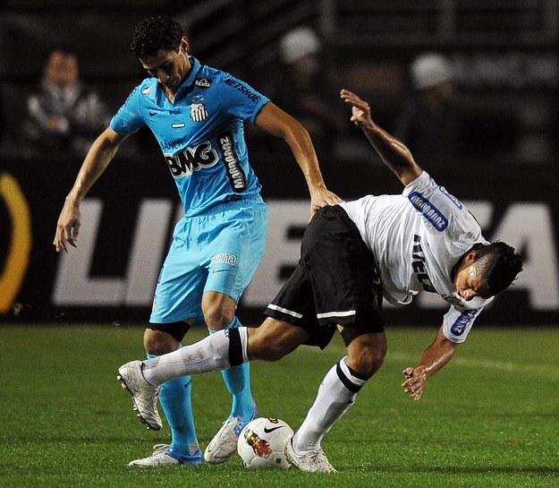 Po faulu na graczu Corinthians asystent liniowy własnoręcznie namalował na boisku nową linię! /INTERIA.PL/AFP