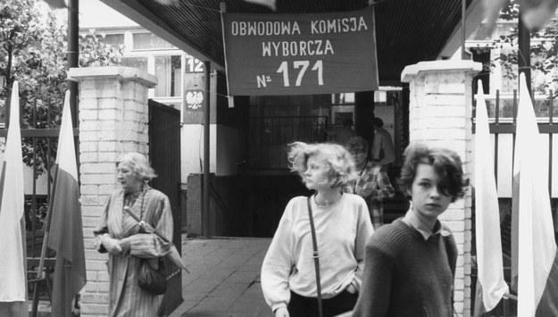 Po głosowaniu w Obwodowej Komisji Wyborczej nr 171 przy ul. Kruczkowskiego. /Henryk Rosiak /PAP