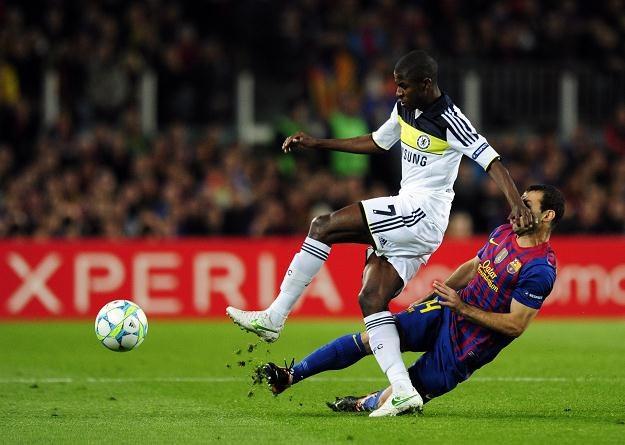 Po golu Ramiresa (z lewej) rozpoczęły się kłopoty Barcy na Camp Nou /AFP