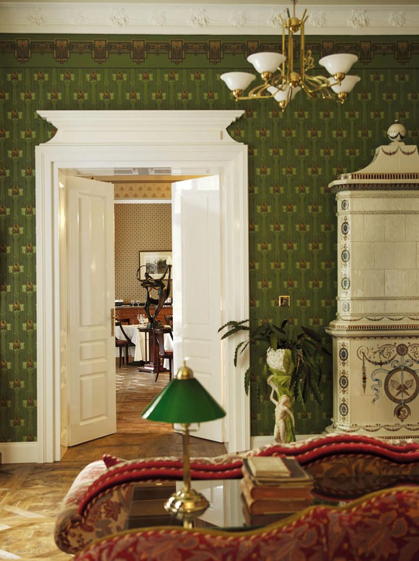Po II wojnie światowej Ciekocinko, jedno z najpiękniejszych założeń pałacowo-parkowych na Pomorzu, zamieniono w PGR. Gdy w 2004 roku majątek kupili obecni właściciele, z zabytkowych zabudowań ocalały zrujnowane pałac i stajnia. Odnawiano je przez dziesięć lat. Dziś mieści się tu luksusowy hotel oraz stadnina /PANI