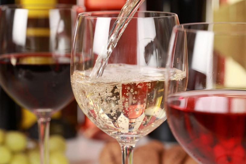 Po imprezie zostały ci resztki wina? Zamróź je w pojemniku na kostki lodu /123RF/PICSEL