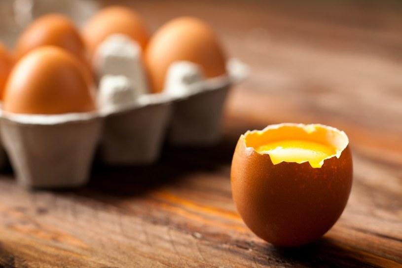 Po jajecznej kuracji włosy będą mocne i lśniące /123RF/PICSEL