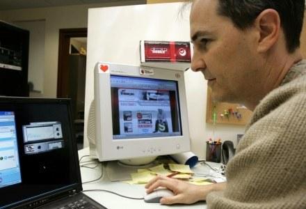 Po jednej stronie komputera samotny mężczyzna - po drugiej... cyberoszust udający Rosjankę /AFP