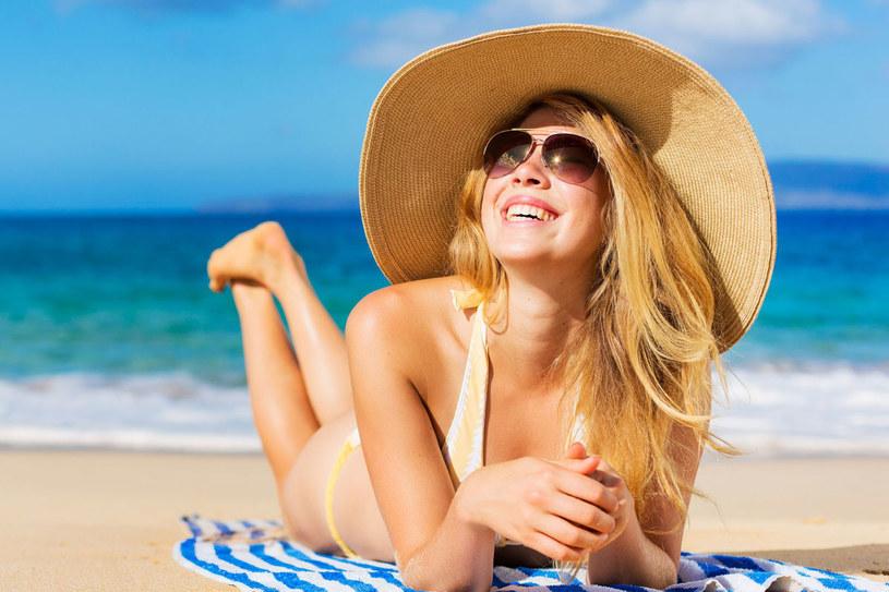 Po kąpieli w morzu albo w basenie spłucz włosy słodką wodą /123RF/PICSEL