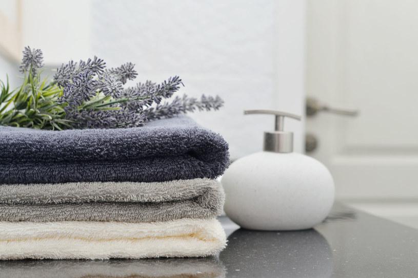 Po każdym użyciu starannie rozwieszaj ręczniki. To najprostsza metoda, by unikać zapachu stęchlizny /123RF/PICSEL