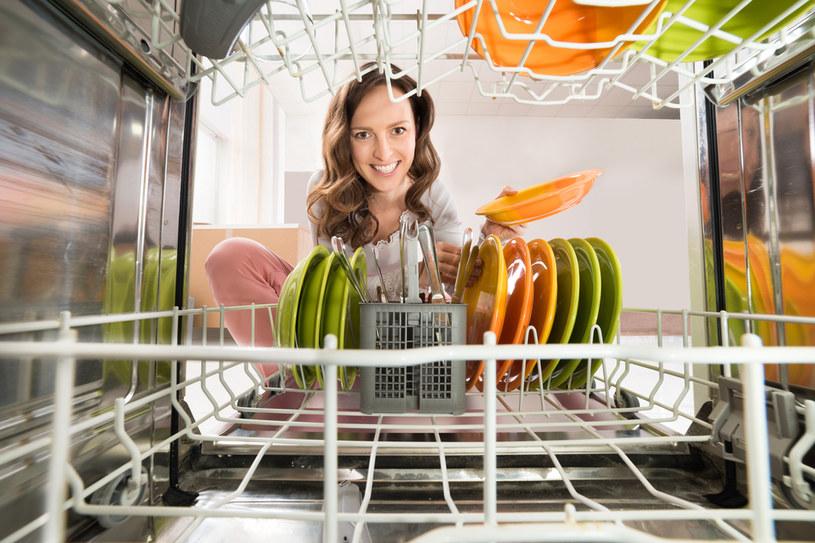 Po każdym zmywaniu, zostaw uchylone drzwi zmywarki /123RF/PICSEL