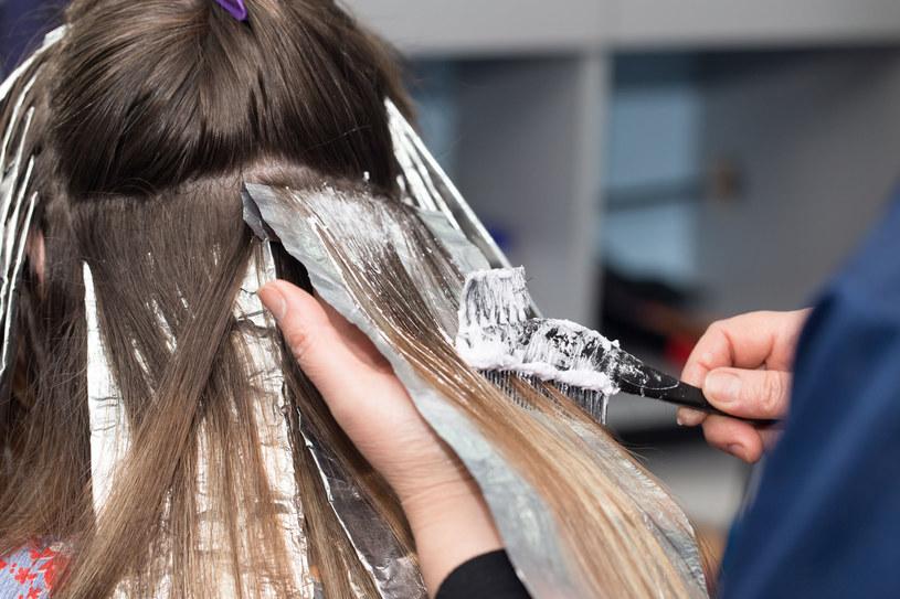 Po koloryzacji warto zadbać o pielęgnację włosów, by szybko nie straciły barwy /123RF/PICSEL