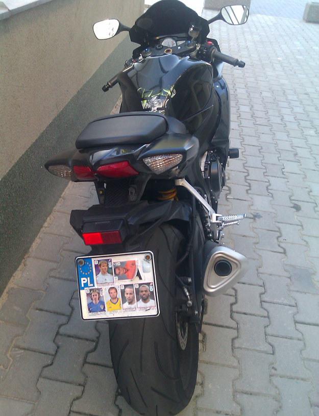 Po Krakowie od dłuższego czasu krąży motocyklista - kibic piłkarski, który tak kocha swoich idoli, że tablicę rejestracyjną zakleił ich zdjęciami /poboczem.pl