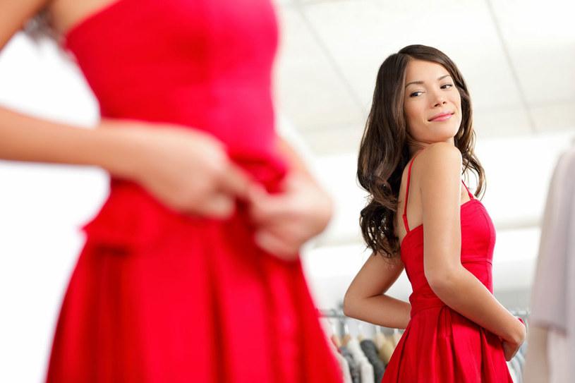 Po latach zapomnienia sukienki wróciły do łask. Zobacz, jak wybierać, aby dobrze wyglądać /123RF/PICSEL