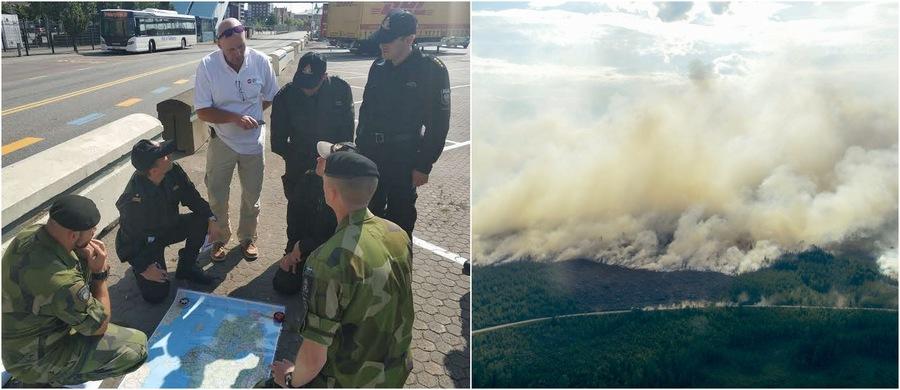 Po lewej: narada polskich strażaków ze szwedzkimi wojskowymi (fot. Państwowa Straż Pożarna), po prawej: płonące lasy w okolicach miasta Ljusdal (fot. Maja Suslin/PAP/EPA) /PSP /PAP/EPA /PSP /PAP/EPA