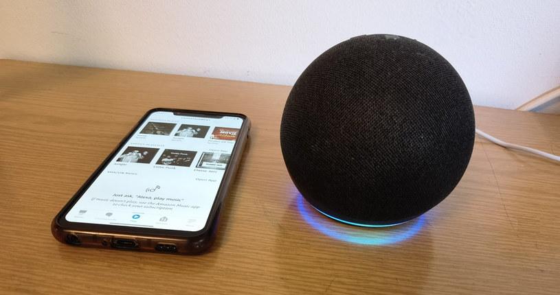 Po lewej smartfon z aplikacją Alexa i Amazon Echo Dot 4 /INTERIA.PL