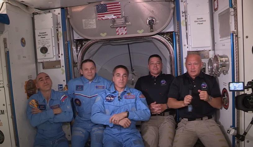 Po lewej stronie - załoga ISS. Po prawej - astronauci Crew Dragon /NASA