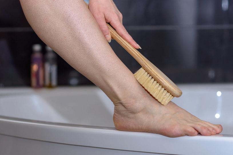 Po masażu na sucho skóra staje się gładka, jędrna i napięta /123RF/PICSEL