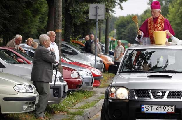 Po mszy w intencji kierowców w kościele w Tychach  arcybiskup Damian Zimoń poświęcił samochody /