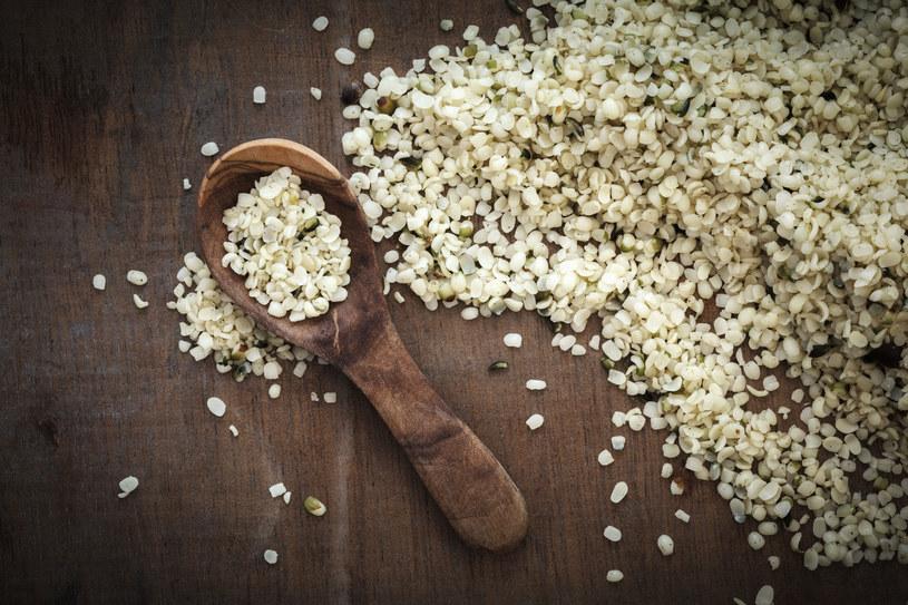 Po nasiona konopi jadalnej chętnie sięgają wegetarianie i weganie /123RF/PICSEL