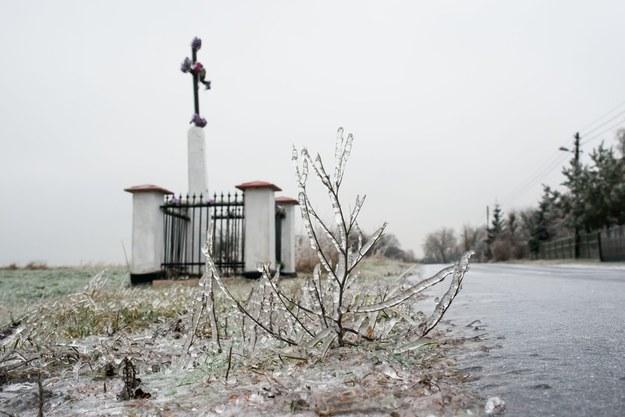Po opadach deszczu droga pokryje się taflą lodu /Piotr Kamionka /Reporter