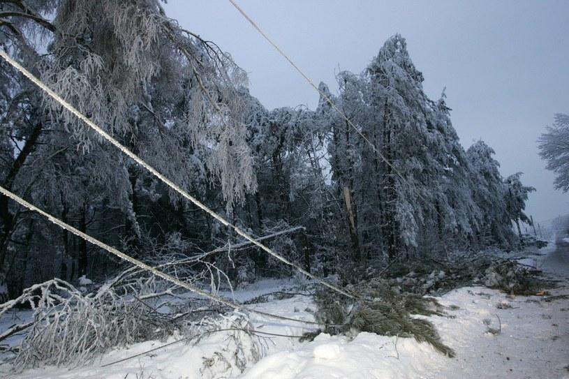 Po opadach mieszkańcy są pozbawieni prądu /MAREK BARCZYŃSKI /East News