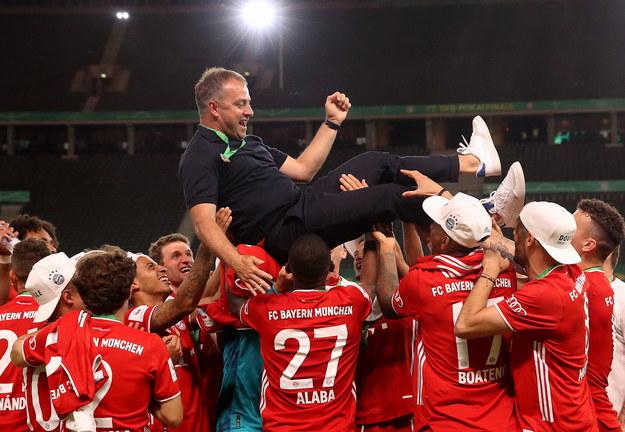 Po ostatnim gwizdku sędziego piłkarze chwycili trenera i zaczęli go podrzucać /Alexander Hassenstein /PAP/EPA