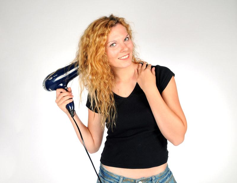 Po osuszeniu włosów ręcznikiem nakładamy piankę dodającą objętości i zabieramy się za suszenie  /© Panthermedia