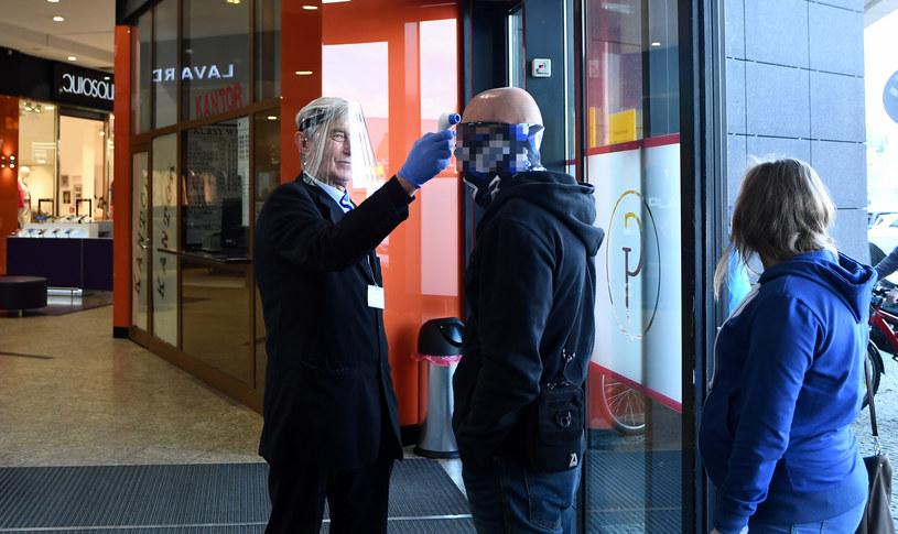 Po otwarciu galerii handlowych, Polacy ruszyli na zakupy /Fot. Marek Dybas/REPORTER /Reporter