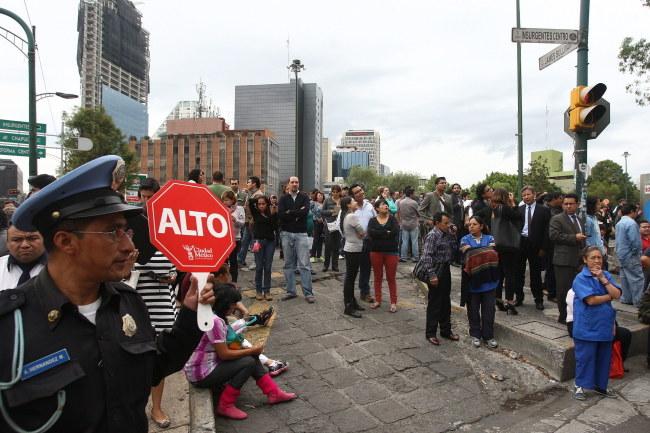 Po pojawieniu się wstrząsów ludzie wyszli na ulice Mexico City /PAP/EPA/ALEX CRUZ  /PAP/EPA