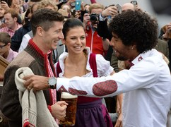 Po pokonaniu 4-0 Hannover 96 i strzeleniu dwóch bramek Robert Lewandowski oraz jego koledzy z Bayernu mogli sobie pozwolić na łyk piwa podczas Oktoberfestu