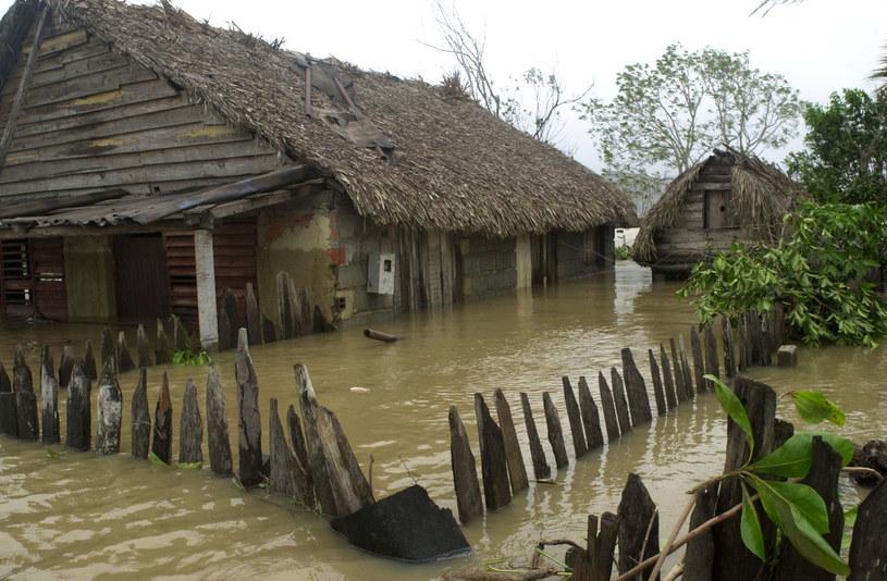 Po potężnych ulewach zniszczonych jest wiele domów /AFP