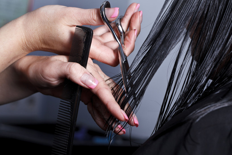 Po powrocie z wakacji nasze włosy będą potrzebowały nie tylko odżywienia, ale również lekkiego cięcia /123RF/PICSEL