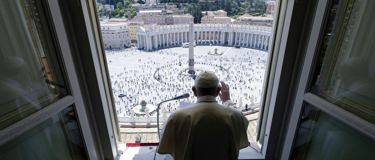 Po prawie 3 miesiącach Franciszek odmówił modlitwę z wiernymi. Wszystkim zmierzono temperaturę