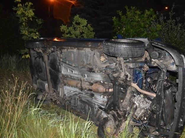 Po przejechaniu kilkunastu kilometrów auto wypadło z drogi i dachowało /Policja