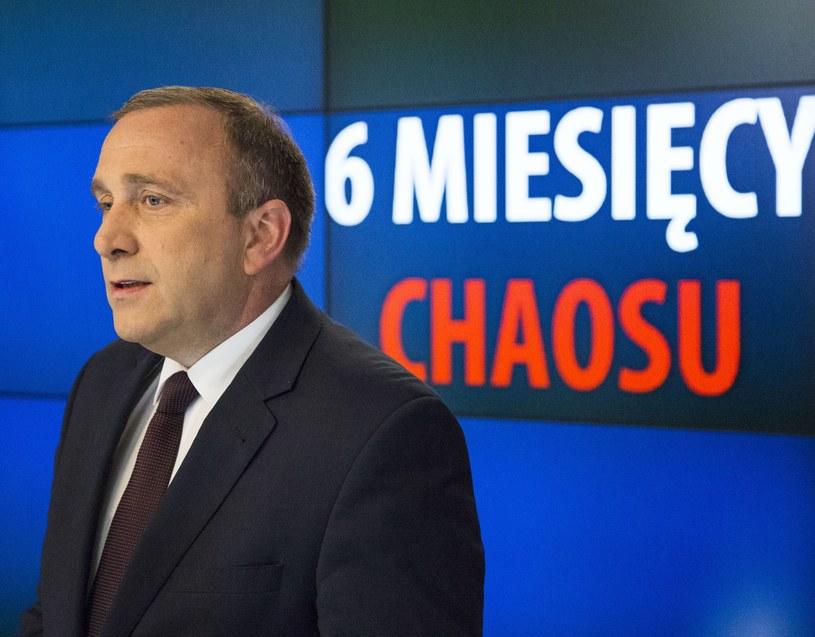 """PO przekonuje, że PiS u władzy to """"sześć miesięcy chaosu"""" /Andrzej Hulimka/Reporter /East News"""