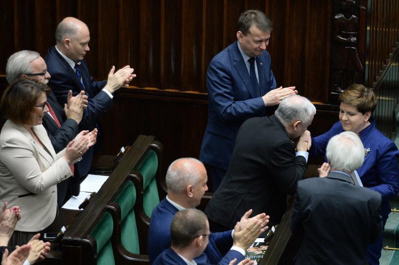 Po przemówieniu Jarosław Kaczyński ucałował premier Szydło w rękę /Jacek Turczyk /PAP