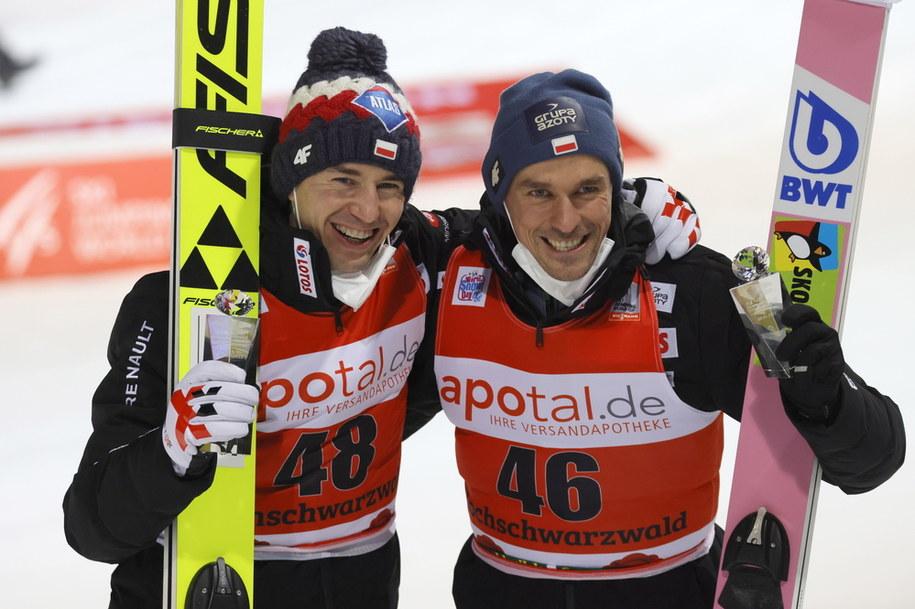 Po raz dwudziesty w historii dwaj Polacy stanęli na podium konkursu Pucharu Świata - zwycięzca konkursu Kamil Stoch (po lewej) i trzeci - Piotr Żyła /RONALD WITTEK /PAP/EPA