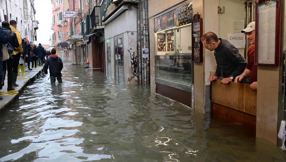 Po raz pierwszy od prawie 150 lat w jednym roku poziom przepływu przekroczył dwa razy w ciągu jednego tygodnia 150 centymetrów. /ANDREA MEROLA /PAP/EPA