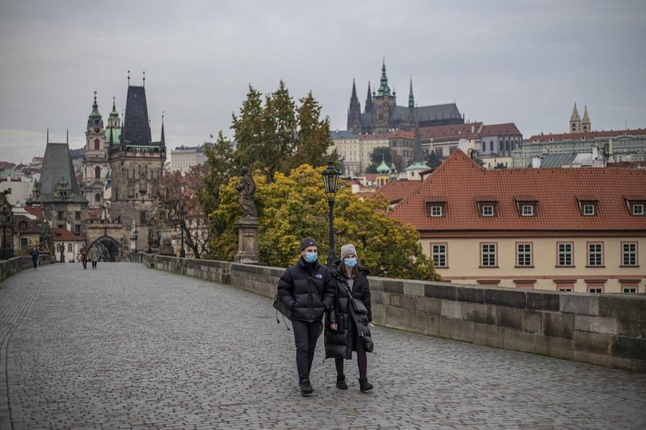 Po raz pierwszy prawie 15 tys. nowych przypadków koronawirusa w Czechach /Martin Divisek /PAP/EPA
