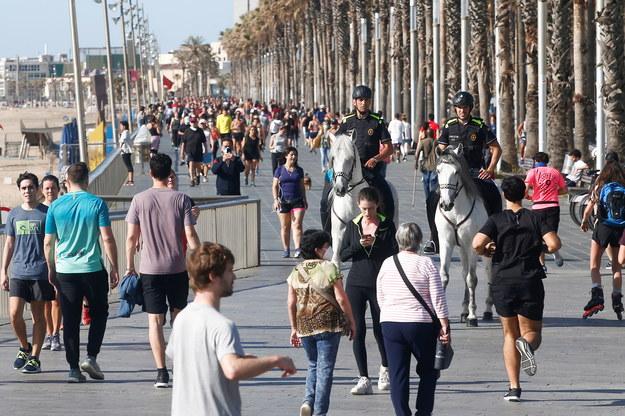 Po rozluźnieniu obostrzeń tłumy pojawiły się na barcelońskiej promenadzie /QUIQUE GARCIA /PAP/EPA
