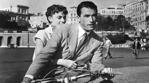Po Rzymie na skuterze - jedna z najsłynniejszych scen w historii kina /materiały prasowe