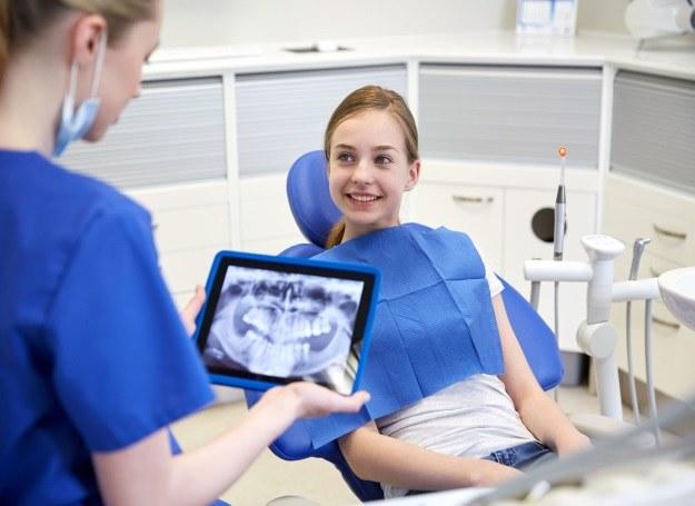 Po skończeniu 21 lat możesz już zdecydować się na implanty /123RF/PICSEL