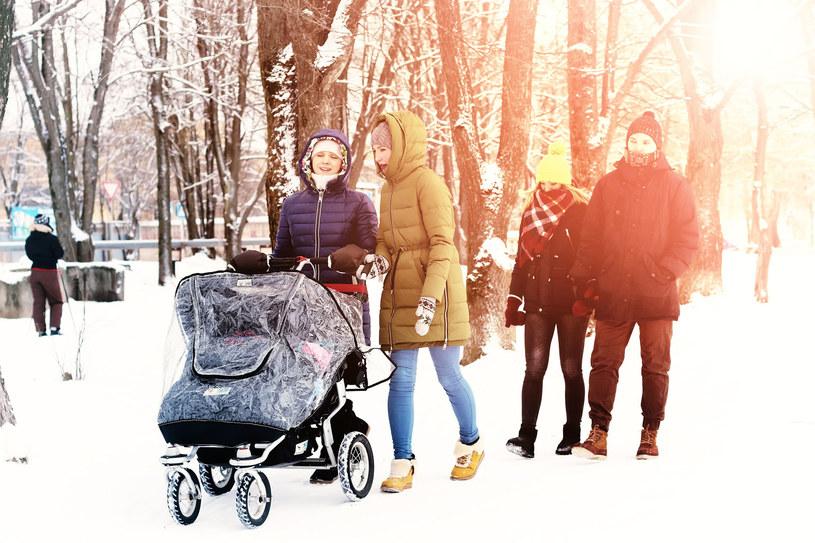 Po skończonym obżarstwie, weź rodzinę na spacer /123RF/PICSEL
