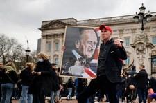 Po śmierci księcia Filipa Brytyjczycy oddają mu hołd przed Pałacem Buckingham