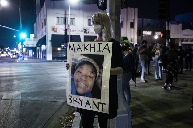 Po śmierci Makiyah Bryant na ulicach pojawiło się wiele osób z transparentami na znak protestu /ETIENNE LAURENT /PAP/EPA