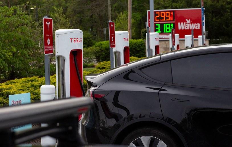 Po świecie jeździ 10 mln aut na prąd. Amerykanie wolą jednak auta spalinowe /AFP