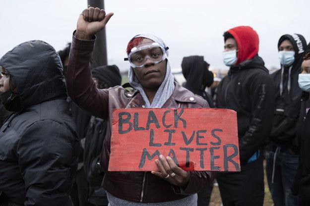 Po tragicznym wydarzeniu wielu Amerykanów wyszło na ulice /TIM EVANS /PAP/EPA