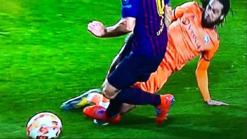 Po tym faulu Suareza Barcelona dostała rzut karny od Szymona Marciniaka /AFP