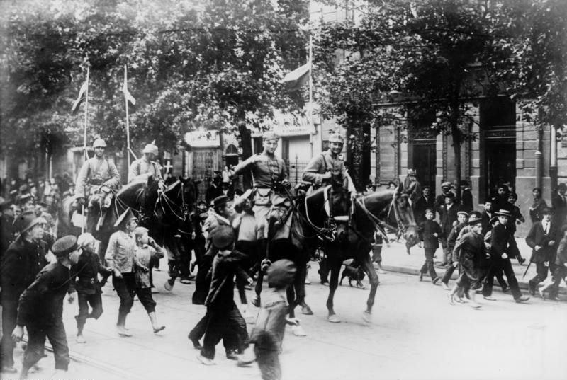 Po tym jak Niemcy zajęli w 1915 roku większość polskich ziem i wprowadzili ostrą cenzurę Maria Rychterówna postanowiła coś z tym zrobić i odniosła spektakularny sukces. Na zdjęciu Niemcy wkraczają do Warszawy (Bundesarchi/CC BY-SA 3.0 DE) /Ciekawostki Historyczne
