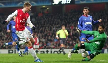 Po tym strzale Nicklasa Bendtnera (Arsenal) Robinson Zapata (Steaua) musiał wyciągać piłkę z siatki /AFP