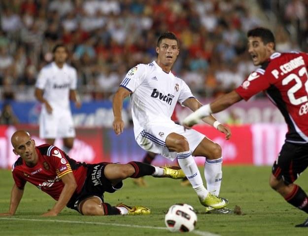 Po tym wejściu Pablo Cendrosa (z lewej) Ronaldo doznał kontuzji /AFP