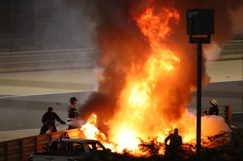 Po uderzeniu w bariery bolid Romaina Grosejana stanął w płomieniach /Bryn Lennon /AFP