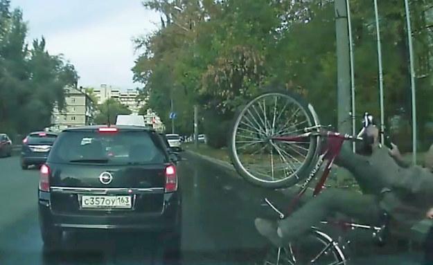Po uderzeniu w samochód, rowerzysta wykonał widowiskowy piruet /